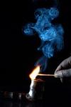 Zündendes Streichholz und Tabakfeife