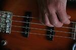 Der Griff in die Bassgitarre