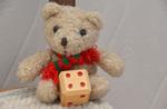 Teddy zeigt die 4
